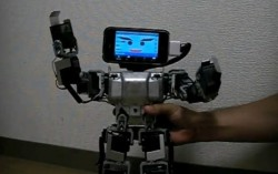 Le robot à tête d'iPhone.