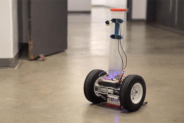 Robot détecteur de départs de feux de l'université de San Diego, en Californie.